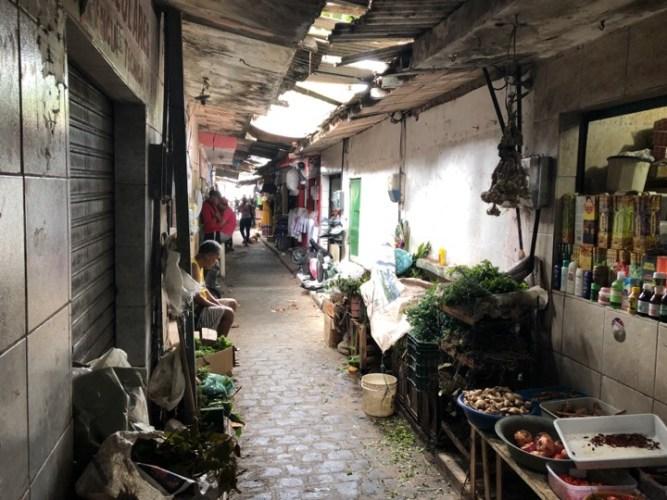 Lixo e desorganização afetam comerciantes do Beco do Inhame
