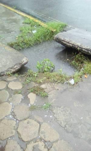 Buracos nas ruas e calçadas de Paulista ameaçam a segurança dos pedestres e motoristas