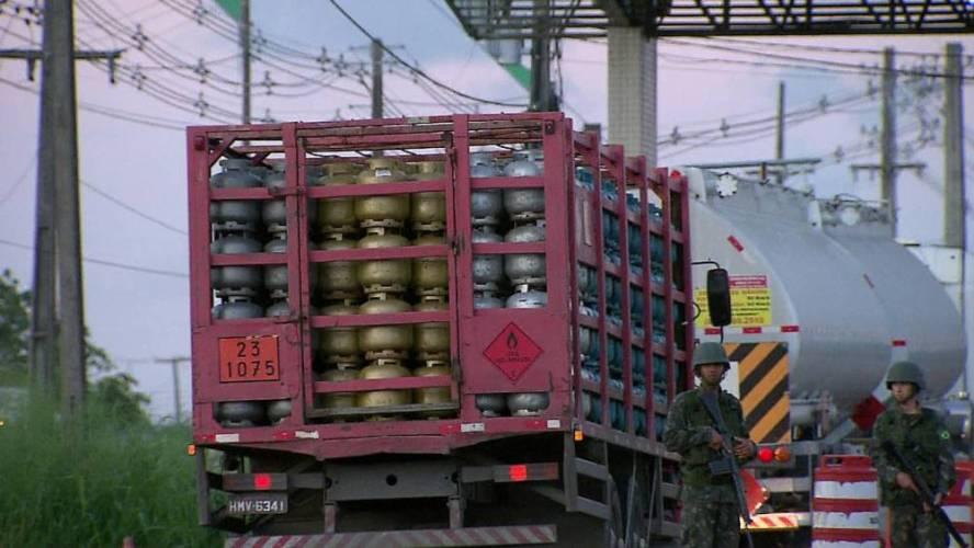 Com fim dos bloqueios, fornecimento de combustíveis, alimentos e gás começa a normalizar no Grande Recife