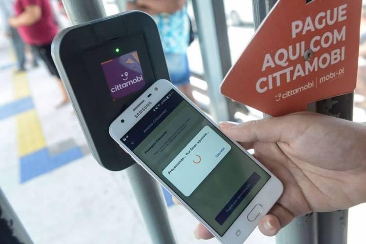 Usuários de BRTs do Recife ganham a opção de pagar a passagem pelo celular
