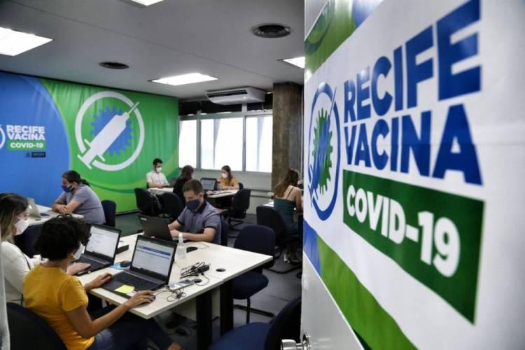 João Campos autoriza contratação de até 745 profissionais de saúde para vacinação contra Covid-19
