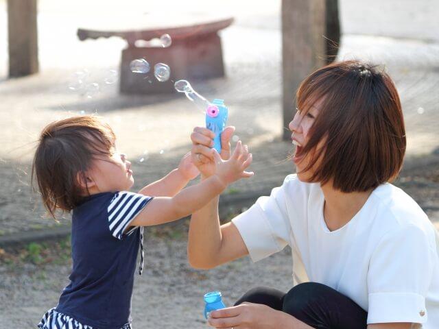 ベビーシッターと遊ぶ赤ちゃん