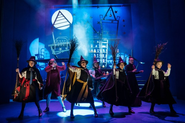 1_The Worst Witch_company-045_photo by Manuel Harlan