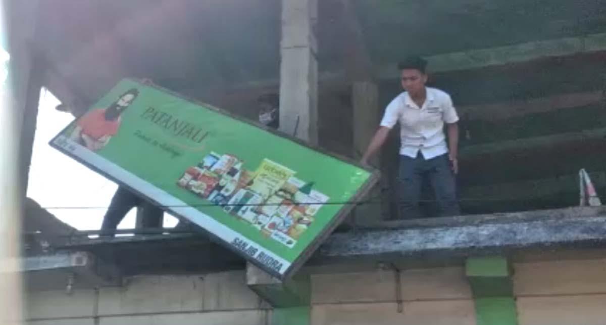 অসম: এএএসইউ সদস্যরা মার্গারিটা কালো রঙের দোকানে সাইনবোর্ড আঁকেন, পুলিশ গ্রেপ্তার করেছে ৪ জনকে