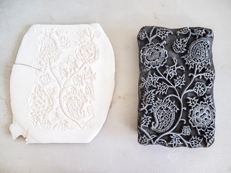 Texturer l'argile avec des empreintes de bois
