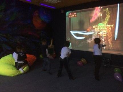 Фото 26 дети играют в интерактивную игру