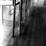 学校机と椅子の足元