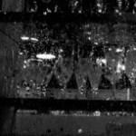 雨に濡れたガラス窓とグラス