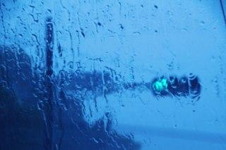 【高解像度】雨に滲む青い信号機(3パターン)