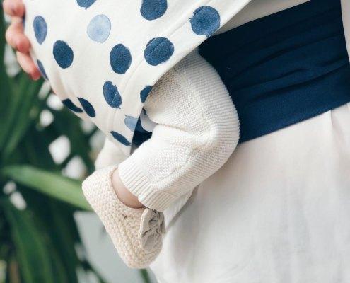 Écharpe bleu à pois - Néo peau à peau - portée