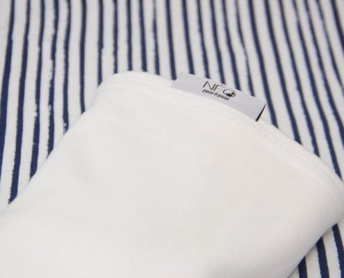 Écharpe bleu rayé, écru - le peau à peau pour votre nourrisson par Néo