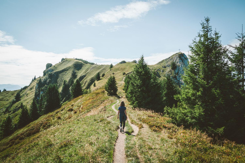 Wir stellen euch heute unsere 3-Gipfel-Tour zur Stie-Alm vor, bei der ihr entspannt über das Brauneck (1556 Meter) wandert. Foto: Neoheimat