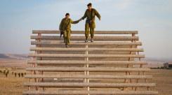 Akadályokon átmászó katonák a Negevben. Fotó: Debbie Zimelman