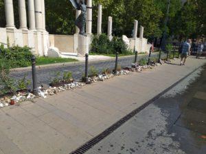 Megrongálták a holokauszt áldozatainak civil emlékhelyét a Szabadság téren