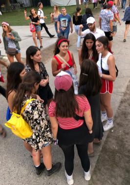 Fesztiválozó lányok a Zsidó sátornál