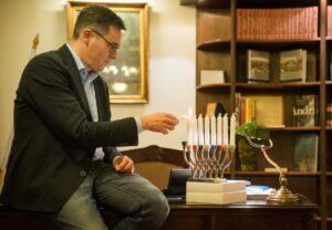 Áder János és Karácsony Gergely is küldött hanukai köszöntőt