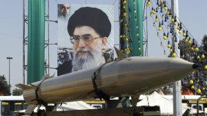 Izrael szerint Irán fél éven belül képes atombombát gyártani