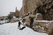 Gyorsan még valami feketét is rá, és készen is van a haredi hóember Fotó: MTI/EPA/Abir Szultan