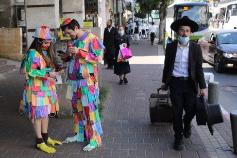 Úgy tűnik, az utcán a legtöbben szolidabb jelmezzel, például egyszer használatos szájmaszkkal is beérik. Fotó: MTI/EPA/Abir Szultan