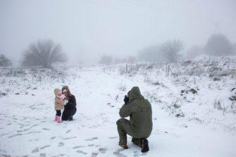 Izraeli tartalékos katona a családját fényképezi a hóesésben a Golán-fennsíkon Fotó: MTI/AP/Ariel Schalit