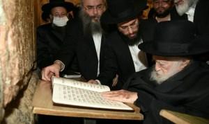 Másfél év után először látogatott el a Siratófalhoz a háredi világ vezető rabbija