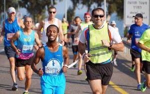 Vak izraeli futó indul a maratonon, hogy pénzt gyűjtsön a vakvezető kutyáknak