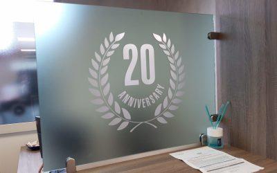 Vetrofanie ufficio anniversario 20°.