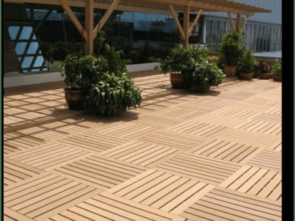 baldosas-autoinstalbles-de-madera-sintetica-para-jardin