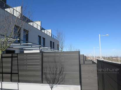 cerramiento-exterior-composite-color-grey-antracita-postes-metalicos