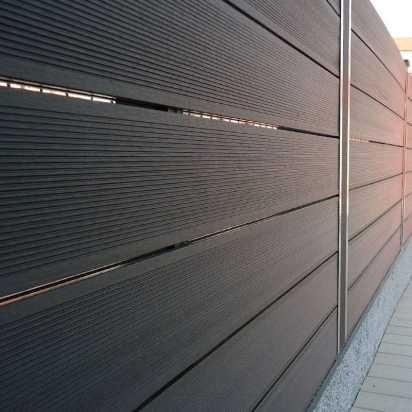 Cerramiento madera sintética exterior, NeoBlock Grey con postes metálicos