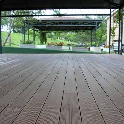 Tarima sintética colocada en zona alrededor piscina y terraza.
