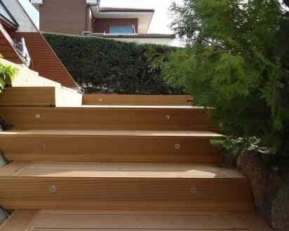 Escaleras de acceso con focos de luz.