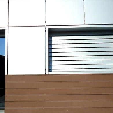 Rodapié pared terraza revestido con perfil NeoLack Wood