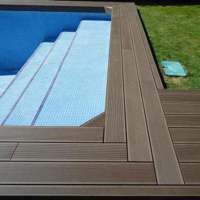 Tarima composite exterior en zona ducha acceso piscina