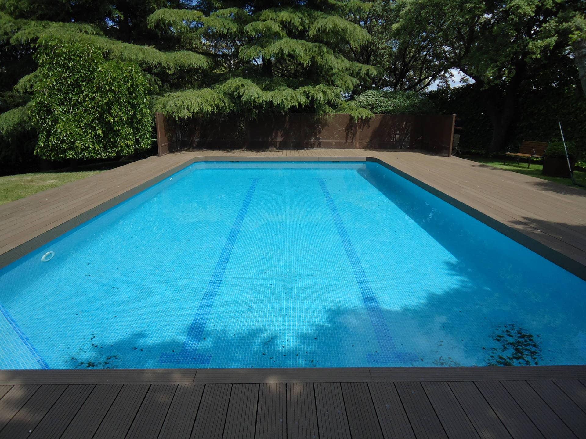 Suelos para piscinas exterior elegant piscinas con - Suelos piscinas exteriores ...