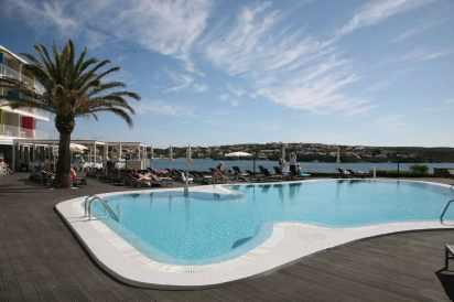 Tarima sintética combinada con coronación en piedra. Hotel en Menorca.