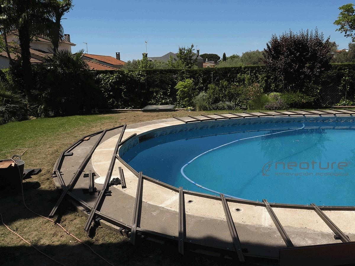 Colocación rastreles en coronación de piscina.