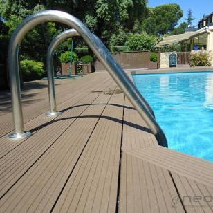 Instalació de tarima en piscina, zona de escaleras.