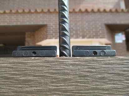 cerramiento madera exterior ,detalle de varilla metálica y clips.