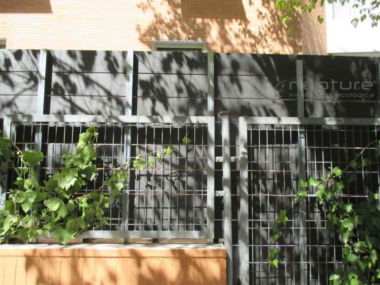 parte-trasera-vallado-madera-tecnologica-sobre-bastidor-metalico