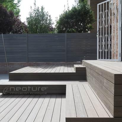 Acceso a vivienda revestidas en madera sintética exterior.
