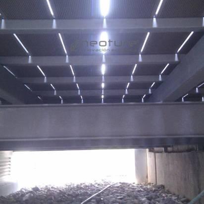 tarima sintetica instalada sobre estructura metalica hueco vacio inferior