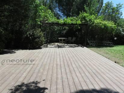 Tarima madera composite exterior veteada color teka.