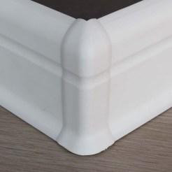Rodapié PVC blanco para tarima vinilica composite de interior.