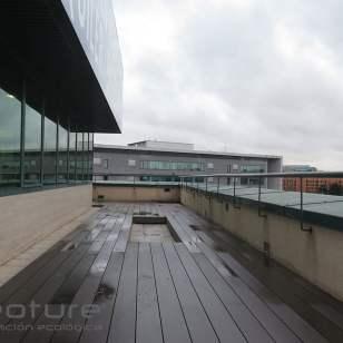 Tarima madera sintética exterior para terrazas edificio oficinas.