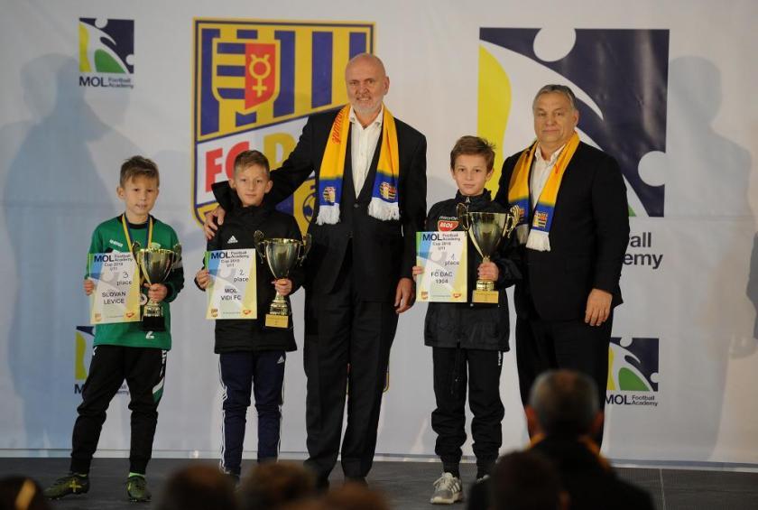 Orbán Viktor gyerekkel és Világi Oszkár akadémiatulajdonossal (j)