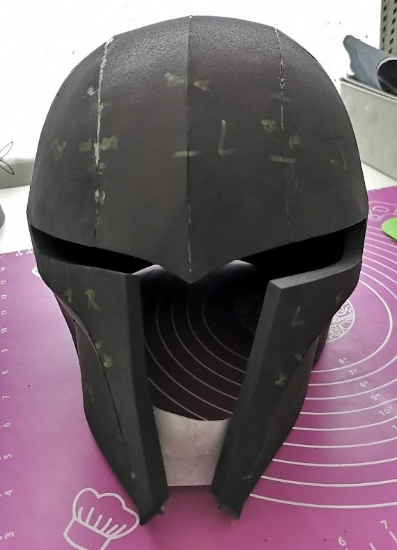 Der Helm ist fertig geklebt