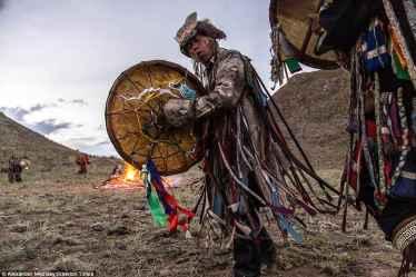 """Davulunu """"tın""""latarak """"tinsel"""" boyuta geçen bir Sibirya şamanı."""