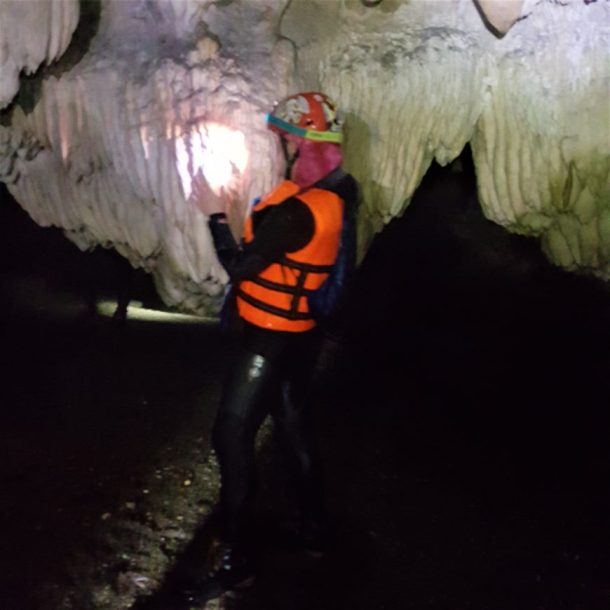 Ayvaini Mağarası, her taşa sarılıyorum, öpüyorum