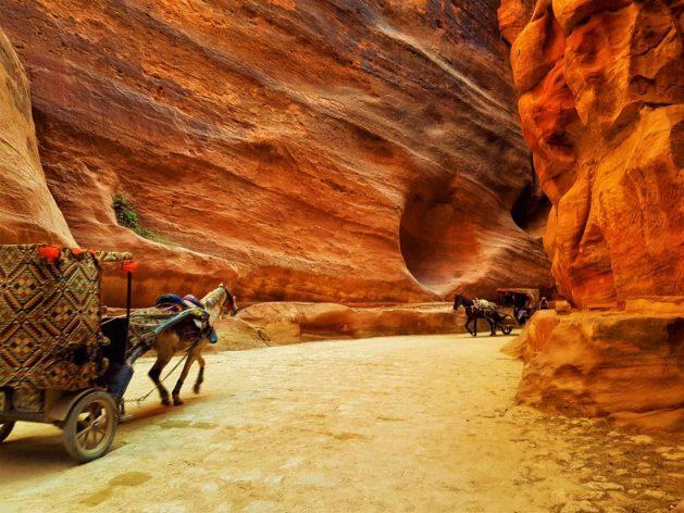 The Siq Yolu atlı arabaları